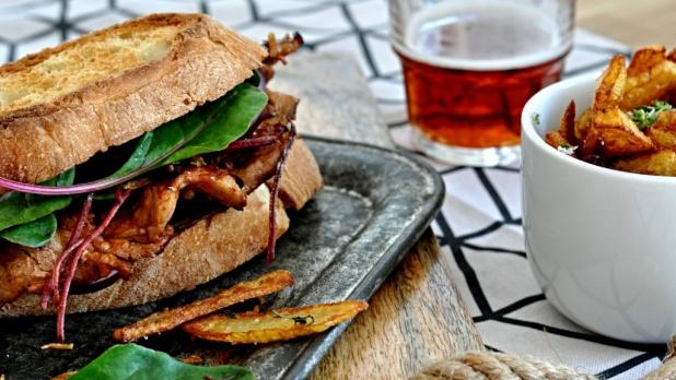 BBQ sendvič sdomácí omáčkou