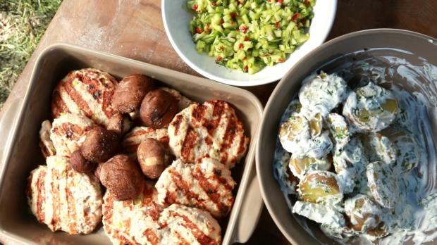 Krůtí placičky, brambory se smetanou, žampiony a okurková salsa