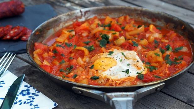 Lečo s uzenou paprikou a vejcem