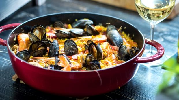 Tradiční španělská paella s mořskými plody podle Pohlreicha